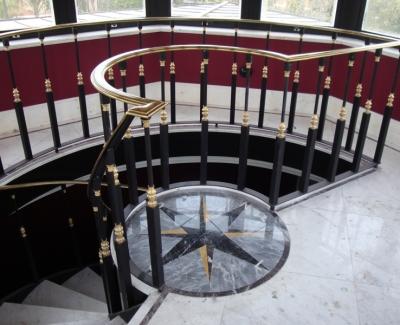 Escada em Mármore Bco. Pigues com Rosácea