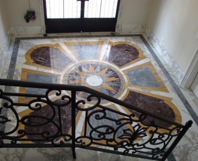 Hall de Entrada em Estilo Clássico, Mármores Capriccio de Vários Materiais